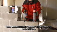 Кладка внутренней перегородки из строительных блоков с применением клей пены